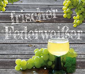 Holzhintergrund mit Weintrauben, Trauben mit frischer Federweiß